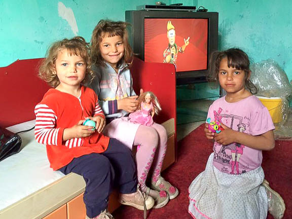 A kislányok a lányszobában játszanak