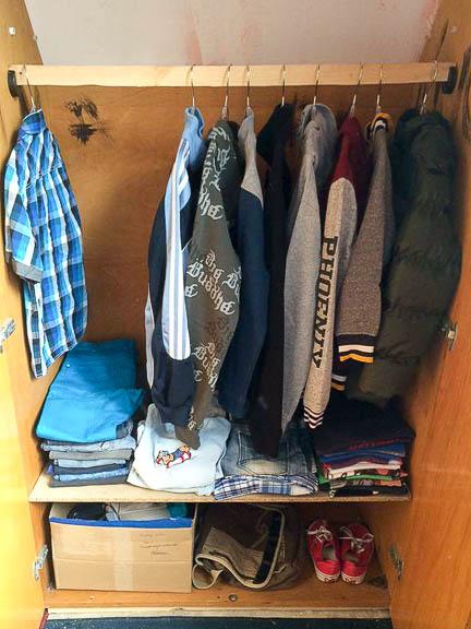 Misinek nemcsak szekrénye, de ruhái is vannak
