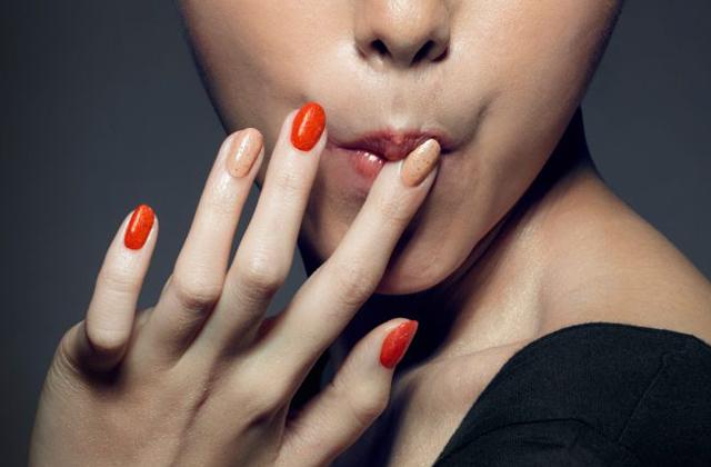 Itt a körömlakk, ami rászoktat az ujjszopásra