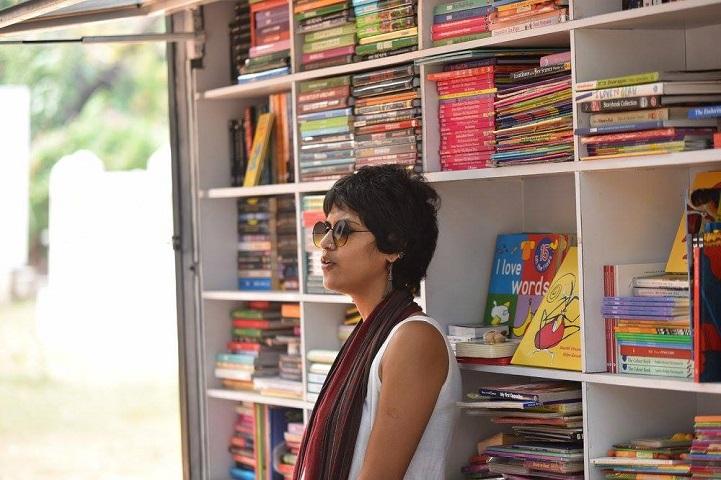 Mobil könyvtárat csinált a furgonból az indiai pár