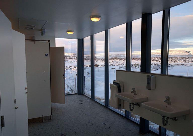 Egy izlandi iskola mosdója
