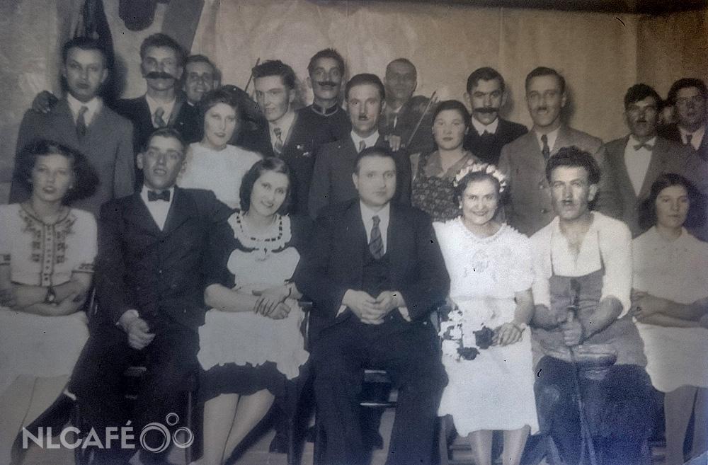 A falu rossza című előadás szerepelői: hófehérben dédnagyanyám, mellette pedig a dédnagyapám
