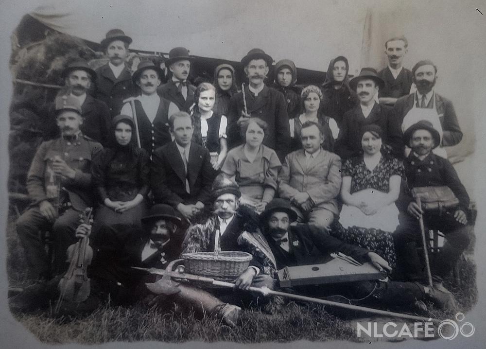 A Nyúl a bokorban című előadás: az alsó sorban középen nagy műbajusszal a dédnagyapám, mögötte áll a dédnagyanyám