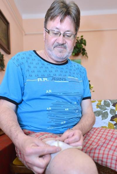 Lénárt István kezében a combjából kivett csődarabbal – Fotó: Szabó Imre