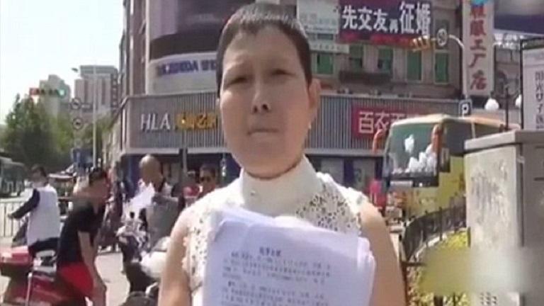 Esküvői ruhájában fohászkodik segítségért a nő, miután férje elhagyta, mert leukémiás