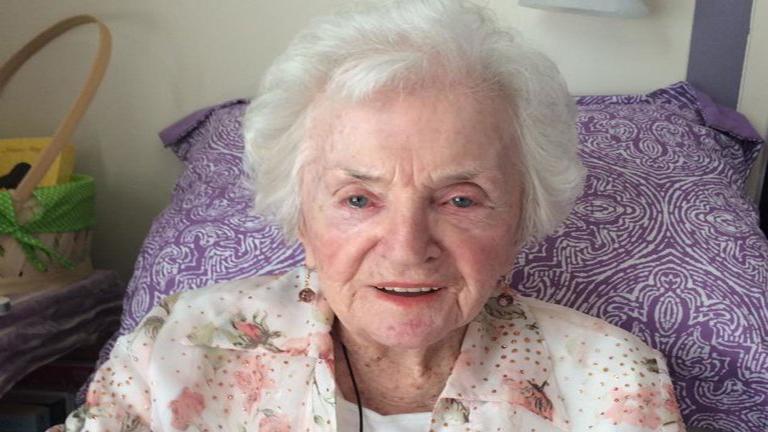 100. szülinapját rúdtánccal ünnepelné az idős néni
