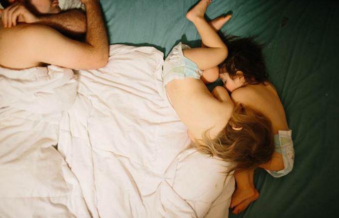 A beteg kisfiát nyugtató apuka fotóján olvadozik a fél internet