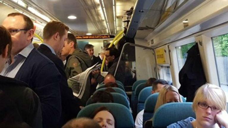 Háborog az internet: senki sem adta át a helyét a kismamának a vonaton