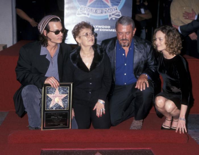 Depp édesanyjával, apjával és gyerekei anyjával