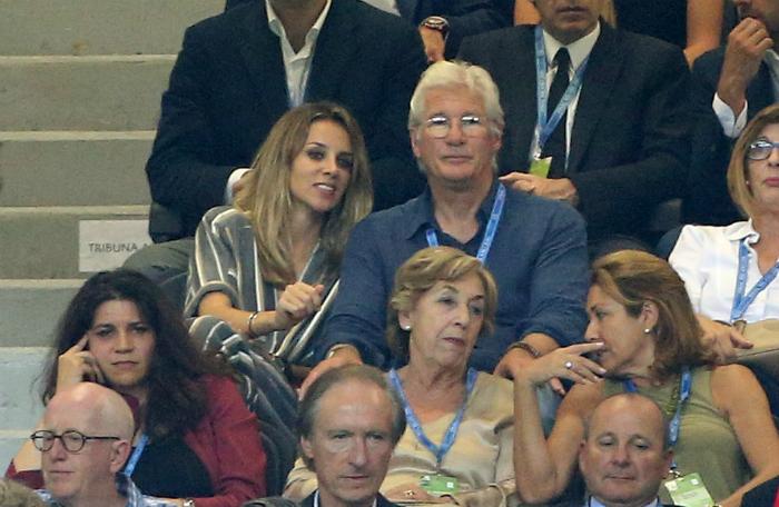 A stadionban kényeztette Richard Gere-t a párja