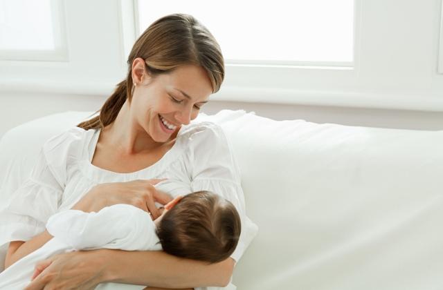 Három szoptatási trükk hasfájós babákhoz