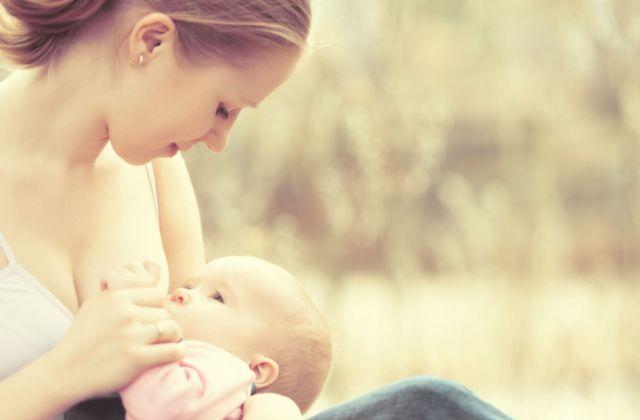 Anyatej, tápszer, hozzátáplálás – így hatnak a baba hasára