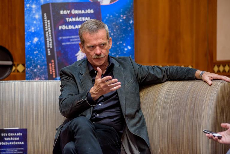 Interjú az űrhajóssal, aki a magyar menye családjának üzent az űrből