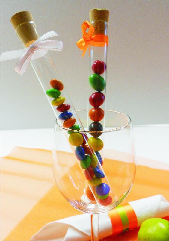 Garantált a siker, ha színes cukorkákat ajándékoztok a vendégeknek. Gondoltad volna, hogy ilyen jól fognak mutatni a kémcsőben?