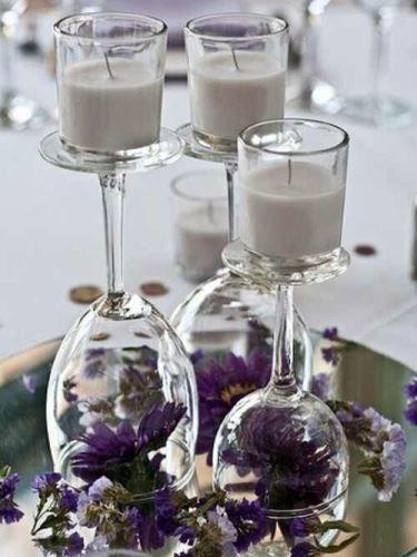 Tegyél virágot a borospohárba. Fordítsd fel, és talpára tegyél gyertyákat. Kész is az esküvői asztali dísz!