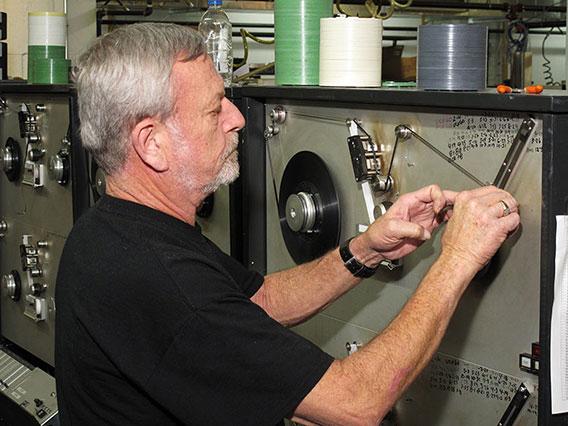 A NAC egyik munkatársa egy sokszorosító gépet helyez üzembe (Fotó: nactape.com)