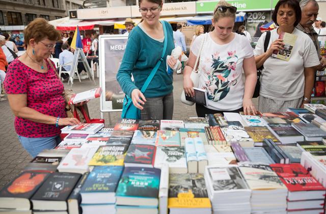 Ünnepi Könyvhét: így parkolnak a könyvek a Vörösmarty téren - fotók
