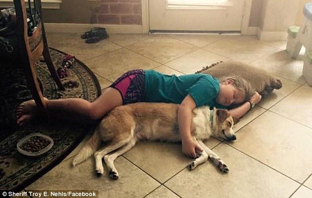 Örökbefogadta a rendőr a kutyát, akit egy tornáchoz kötve talált árvíz idején