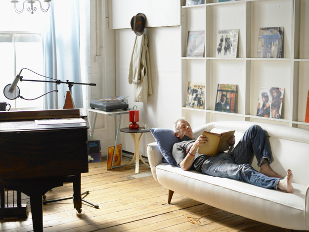 Rakosgasd át a fotóidat, a polcokat a nappaliban. Változtass, építsd újjá. Jót fog tenni a lakásnak és neked is a frissítés.