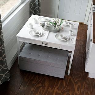 Rendhagyó étkezőasztal, ami dohányzóasztalként is funkcionálhat.