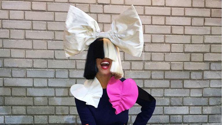 Sia lebukott - így néz ki a rejtőzködő énekesnő arca