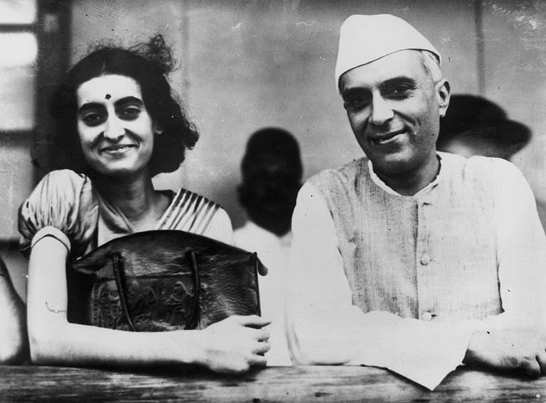 Indira és édesapja Dzsaváharlál Nehru