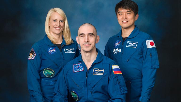 Anatolij Ivanisin és Onishi Takuya társaságában, a küldetés hivatalos fotóján (Fotó: NASA)