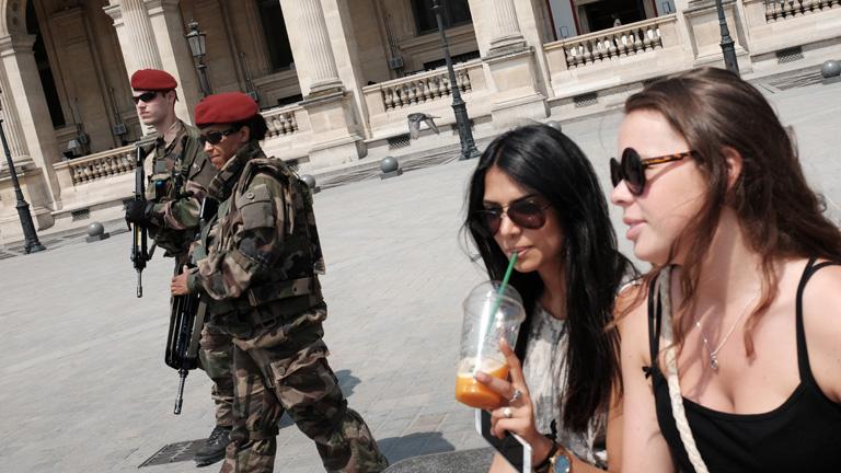 Fegyveres katonák a Louvre előtt Párizsban