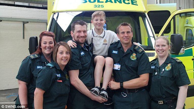 Cade az őt megmentő mentősökkel