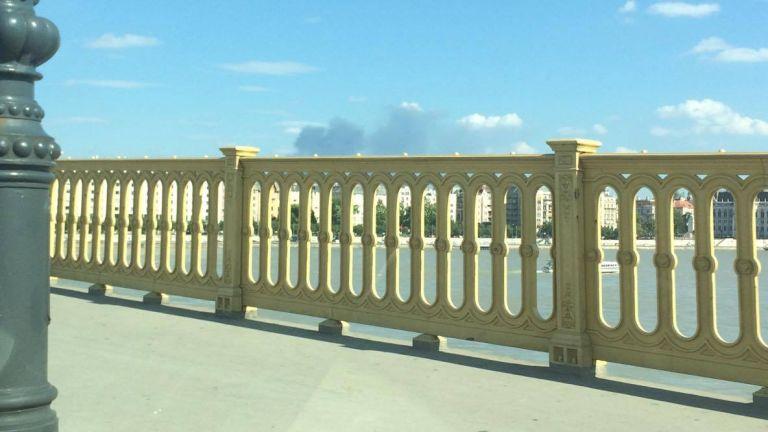 A Margit-hídról is látszik a füst (fotó: Balázs Enikő)