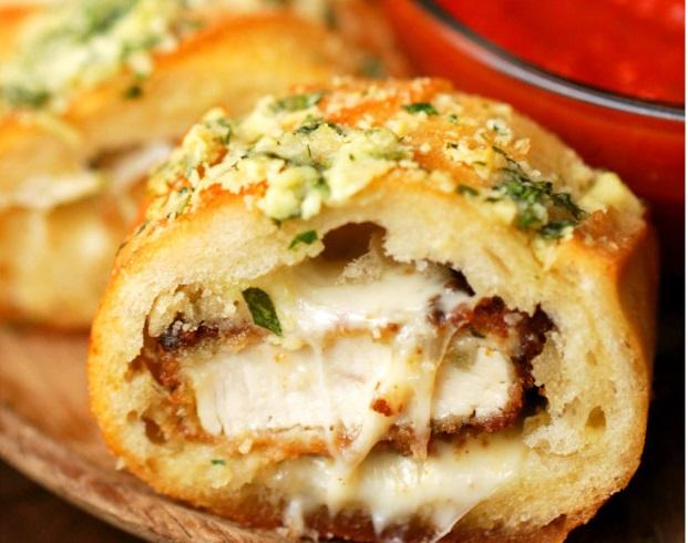 Ez a csirkés-parmezános fokhagymás kenyér felrobbantja az ízlelőbimbóidat