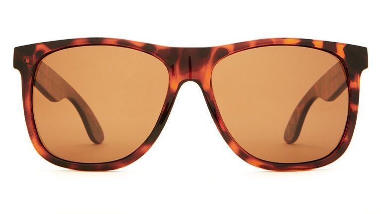 A barna lencséjű napszemüveg több kék fényt szűr ki