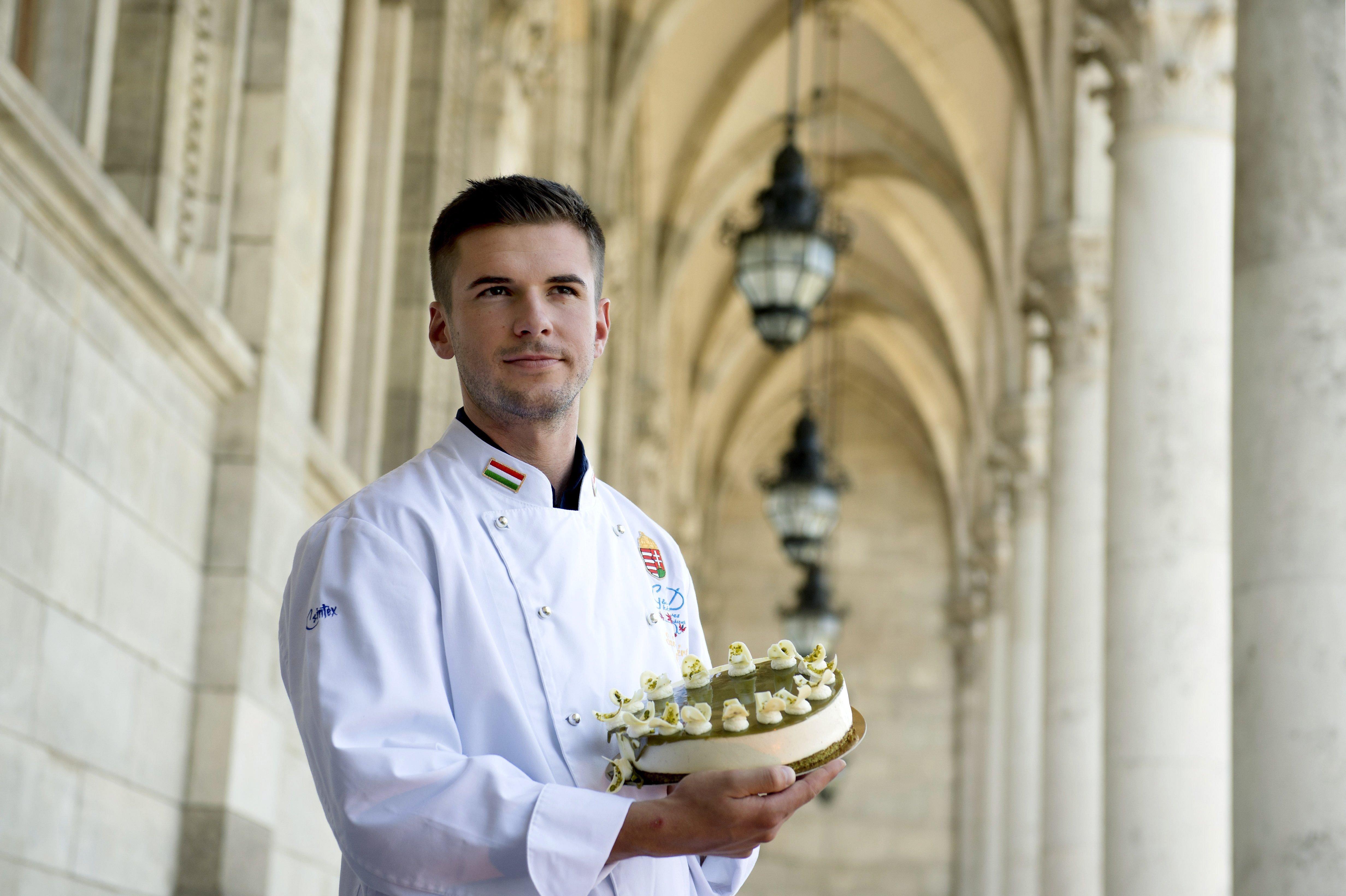 Szó Gellért cukrászmester mutatja alkotását, Magyarország tortáját, az Őrség Zöld Aranyát az Országház Vadásztermének erkélyén. Fotó: MTI