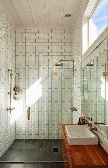 Az egyszerű fehér metrócsempe is kiváló választás, ha nem szeretnénk színeket a fürdőbe.