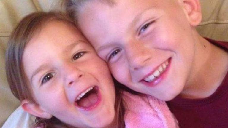 Csiklandozással mentette meg húga életét a 11 éves fiú