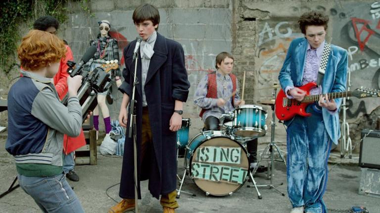 Annyira akarta a lányt, hogy zenekart alapított érte – egy film, ami visszarepít a kamaszkorodba