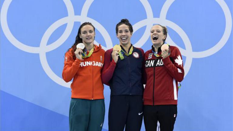 A győztes amerikai Maya Dirado, a második helyezett Hosszú Katinka, és a bronzérmes kanadai Hilary Caldwell a női 200 méteres hátúszás eredményhirdetésén a riói nyári olimpián.
