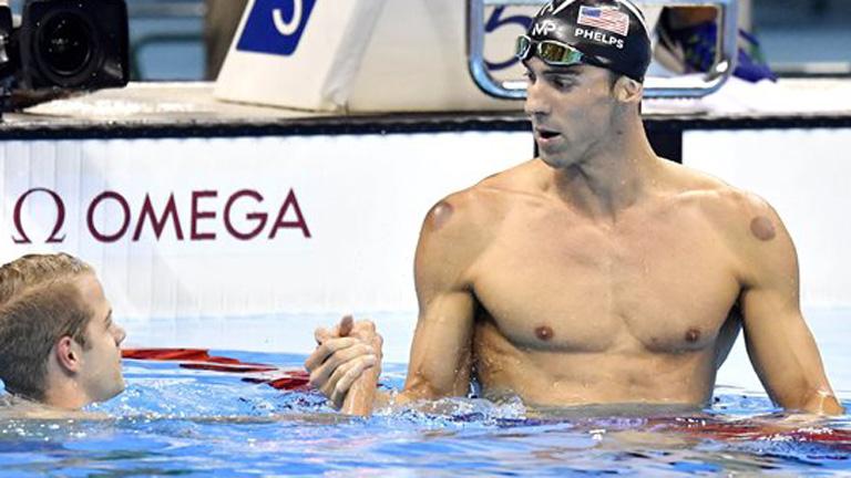 A győztes amerikai Michael Phelps és a harmadik helyezett Kenderesi Tamás a célban a férfi 200 méteres pillangóúszás döntőjében - MTI Fotó: Illyés Tibor
