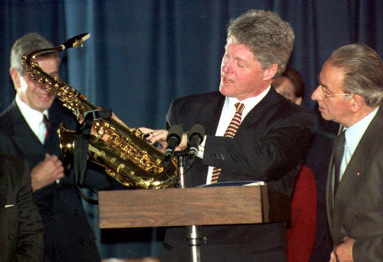 Clinton ajándékba kap egy szaxofont a belga Dinant városától