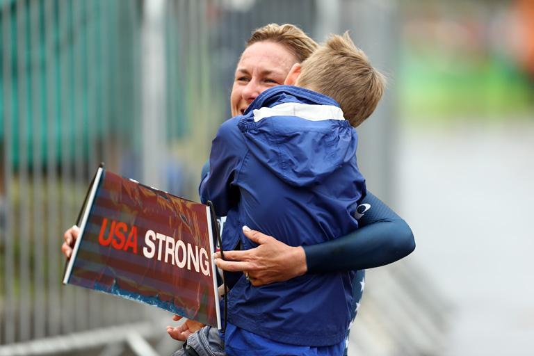 Olimpia 2016: Összeesett a befutó után az olimpiai bajnok biciklista, kisfia sietett a segítségére