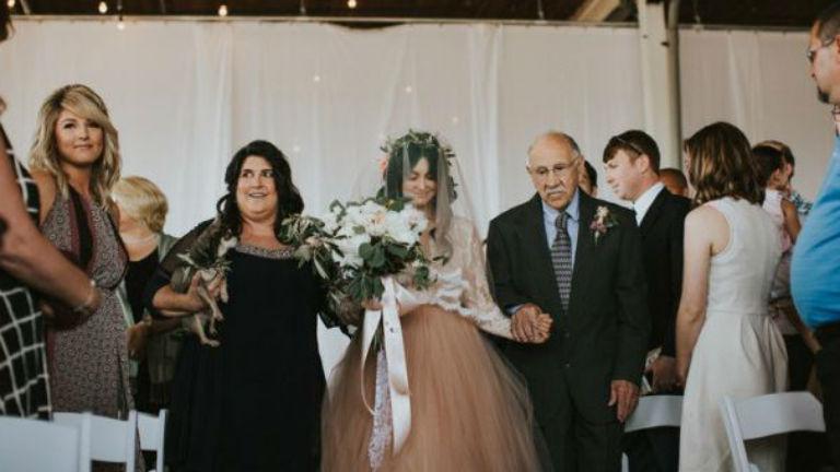 Saját lábán sétált be esküvőjére a nyaktól lefelé lebénult menyasszony