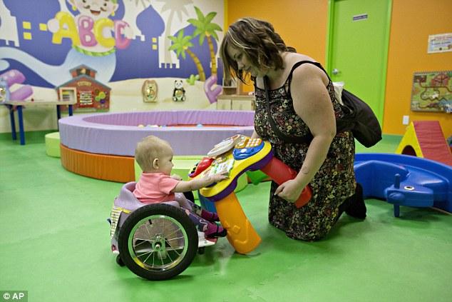 Szülei építettek kerekesszéket a babának, aki a rák miatt bénult le