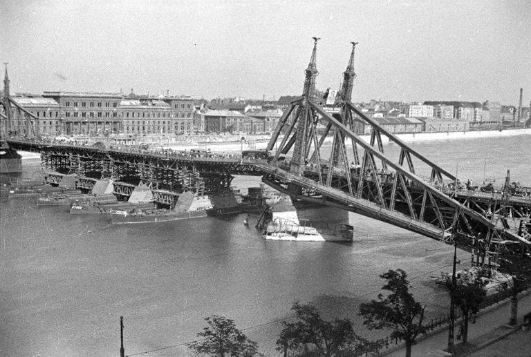 Pontonhíd a pályatest helyén 1945-ben (Fortepan)