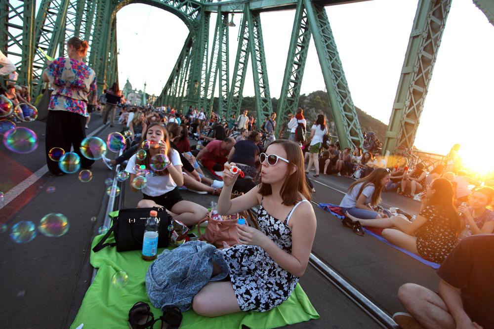 Piknik a hídon (Fotó: Leéb Ádám)
