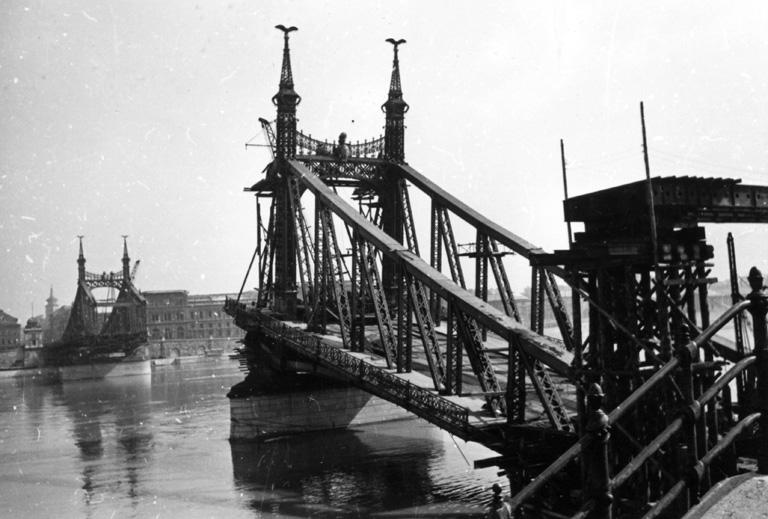 A lerombolt híd Budáról nézve (Fotó: Fortepan)
