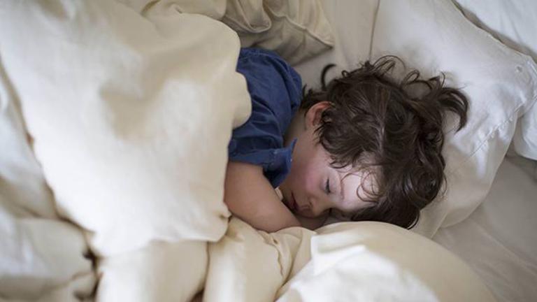 Ezért kell a gyerekeknek 9 előtt ágyban lenniük