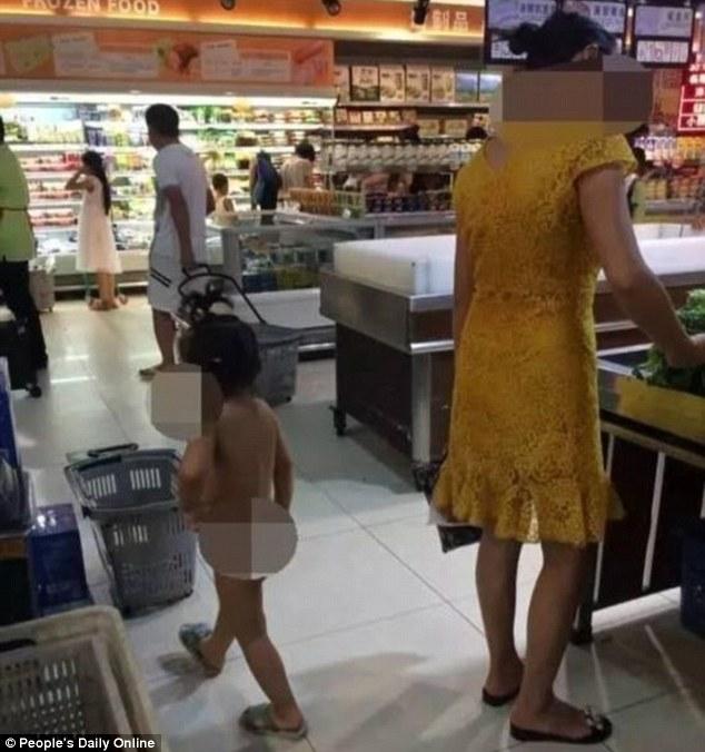Kiakadt a net az anyán, aki meztelenül vitte gyerekét vásárolni