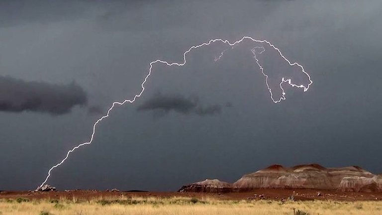 Még a szokásosnál is ijesztőbb a T-Rex alakú villám!