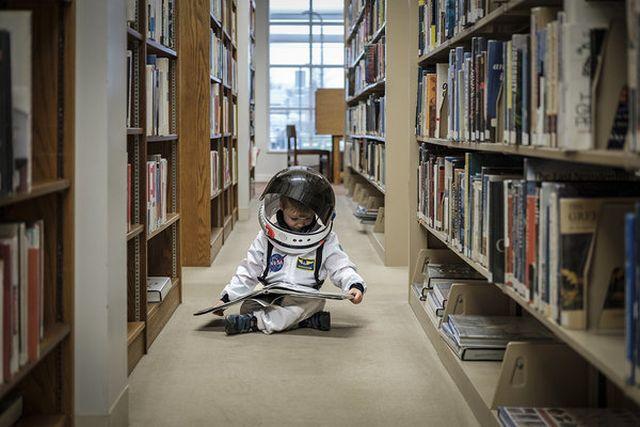 Egy apa űrhajósnak öltöztetve fotózza a fiát, hogy segítsen neki felfedezni a világot - fotók