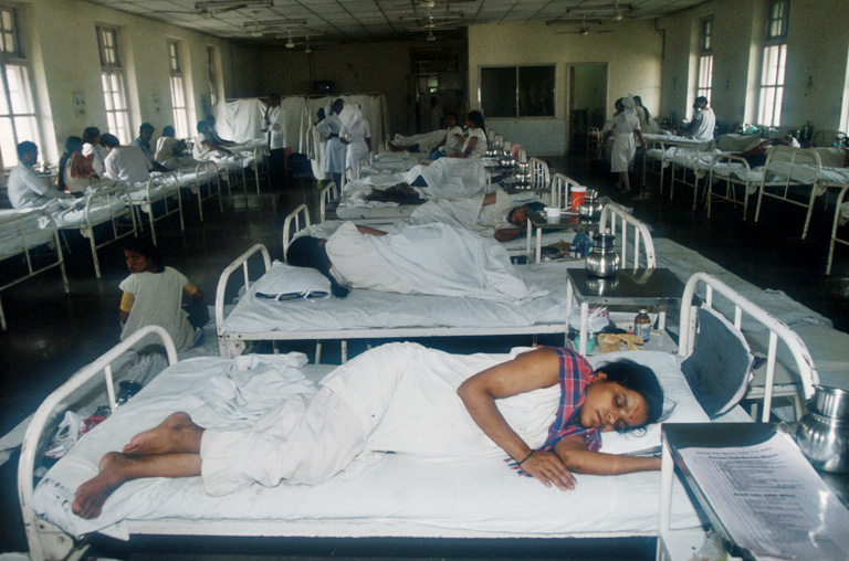 Egy nő pihen a sterilizációs műtét után egy mumbai-i korházban (Fotó: Getty Images)